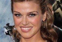 Frisuren Adrianne Palicki Blond Hochsteckfrisur s_bukley / Shutterstock.com