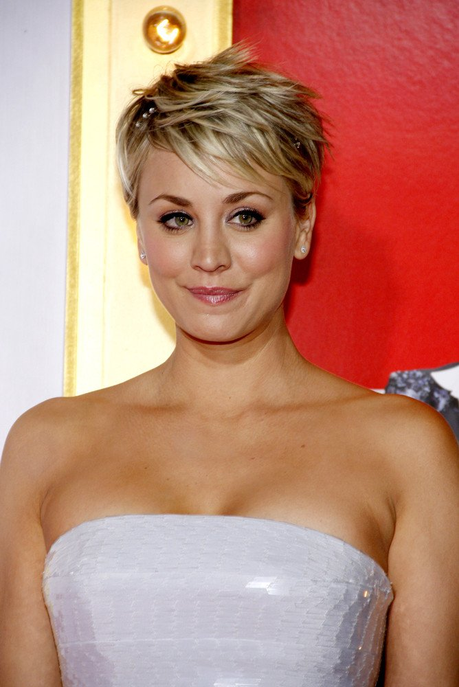 frisuren kaley cuoco frisuren magazin. Black Bedroom Furniture Sets. Home Design Ideas