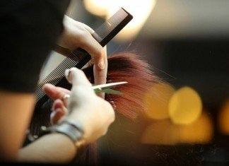 Haare-Schneiden-oder-Haare-stylen