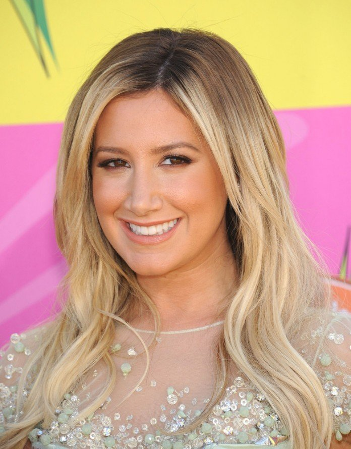 Ashley Tisdale Frisuren Bilder Langhaarfrisuren Blond Scheitel DFree / Shutterstock.com