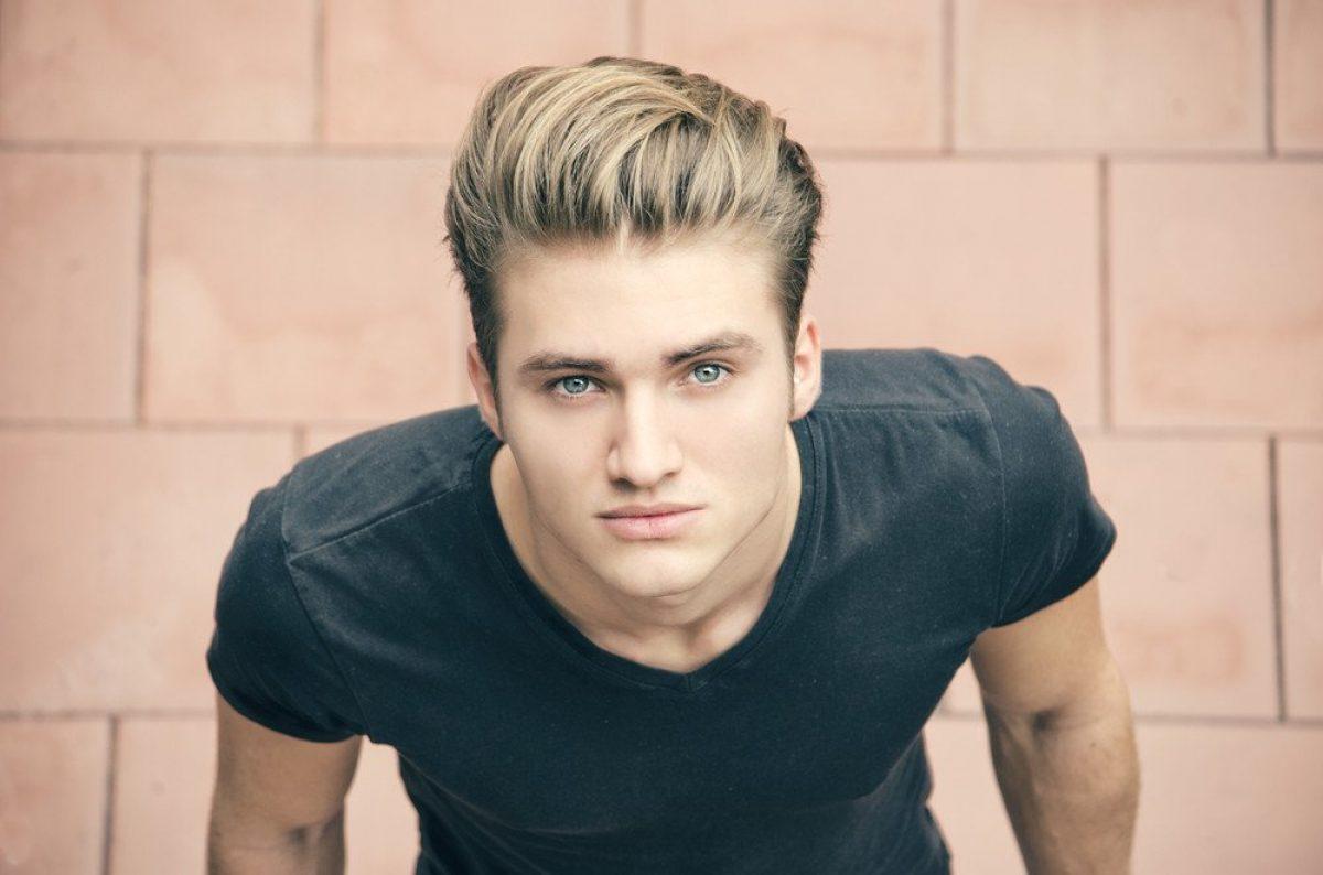 Männer mit blond gefärbten Haaren