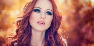 Draußen Porträt der schönen Frau mit roten Haaren und Rauch Augen Make-up