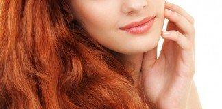 Porträt einer jungen Frau mit roten Haaren und grünen Augen