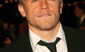 Charlie Hunnam Frisuren Hairstyle Herrenfrisuren Blond Kurzhaar s_bukley Shutterstock.com (2)